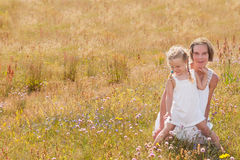 Madre e hija en un verano Imágenes de archivo libres de regalías