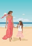 Madre e hija en una playa Foto de archivo libre de regalías