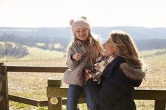Madre e hija en una puerta en el campo, cierre para arriba Imagenes de archivo