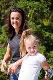 Madre e hija en verano fotos de archivo libres de regalías