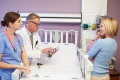 Madre e hija en Ward Of Hospital pediátrico Foto de archivo
