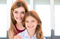 Madre e hija felices fotografía de archivo