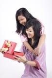 Madre e hija felices con el regalo de la Navidad Imagen de archivo