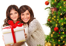 Madre e hija felices el víspera de Navidad Imagen de archivo