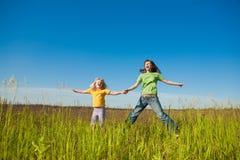 Madre e hija felices en campo Foto de archivo libre de regalías