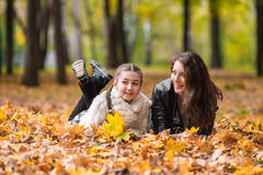 Madre e hija felices en el parque en otoño Fotografía de archivo