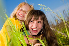 Madre e hija felices en jardín fotografía de archivo