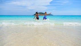Madre e hija felices en la playa Foto de archivo