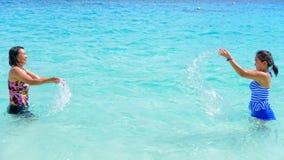 Madre e hija felices en la playa Imagen de archivo libre de regalías