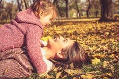 Madre e hija felices en naturaleza imagen de archivo libre de regalías