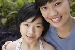 Madre e hija felices en parque foto de archivo