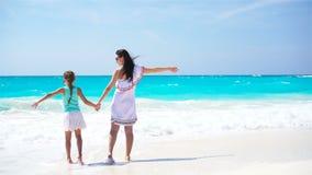 Madre e hija hermosas en la playa del Caribe almacen de video