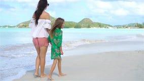Madre e hija hermosas en la playa del Caribe Familia el vacaciones de la playa Cámara lenta metrajes