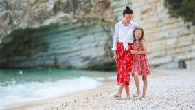 Madre e hija hermosas en la playa metrajes