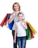 Madre e hija joven con los panieres imagen de archivo libre de regalías