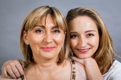 Madre e hija jovenes de mediana edad sonrientes Fotos de archivo libres de regalías