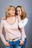 Madre e hija jovenes de mediana edad sonrientes Fotografía de archivo