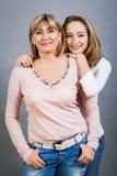 Madre e hija jovenes de mediana edad sonrientes Imágenes de archivo libres de regalías