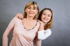 Madre e hija jovenes de mediana edad sonrientes Imagen de archivo
