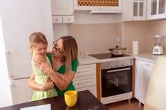 Madre e hija linda que gozan en casa imagenes de archivo