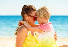 Madre e hija modernas felices en el abarcamiento de la playa Fotos de archivo