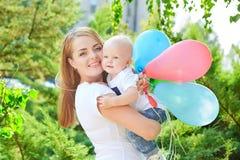 Madre e hija o hijo hermosa feliz del bebé Imagen de archivo