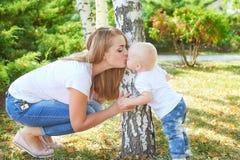 Madre e hija o hijo hermosa feliz del bebé Imágenes de archivo libres de regalías