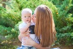 Madre e hija o hijo hermosa feliz del bebé Foto de archivo libre de regalías