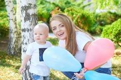 Madre e hija o hijo hermosa feliz del bebé Imagenes de archivo