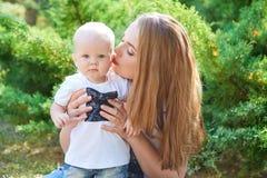 Madre e hija o hijo hermosa feliz del bebé Fotos de archivo libres de regalías