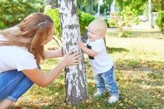 Madre e hija o hijo hermosa feliz del bebé Imagen de archivo libre de regalías