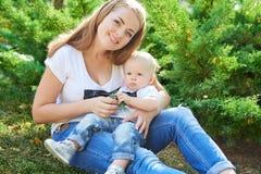 Madre e hija o hijo hermosa feliz del bebé Fotos de archivo