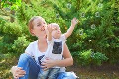 Madre e hija o hijo hermosa feliz del bebé Fotografía de archivo