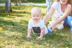 Madre e hija o hijo hermosa feliz del bebé Fotografía de archivo libre de regalías