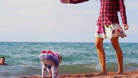 Madre e hija por el mar almacen de video