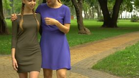 Madre e hija que caminan en campus y que discuten los planes futuros para la educación almacen de metraje de vídeo