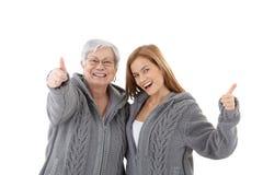 Madre e hija que celebran la sonrisa del éxito foto de archivo libre de regalías
