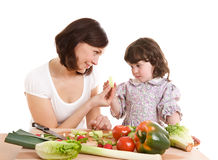 Madre e hija que cocinan en la cocina