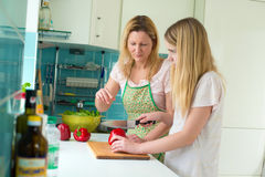 Madre e hija que cocinan junto Imagen de archivo libre de regalías