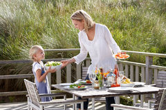 Madre e hija que comen al aire libre imagenes de archivo