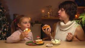 Madre e hija que comen los rollos de canela almacen de video