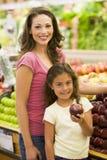 Madre e hija que compran fruta fresca imágenes de archivo libres de regalías