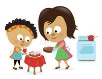 Madre e hija que cuecen al horno una torta Foto de archivo