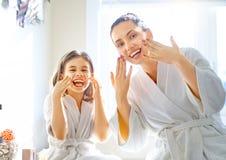 Madre e hija que cuidan para la piel foto de archivo libre de regalías