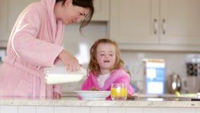 Madre e hija que desayunan almacen de metraje de vídeo