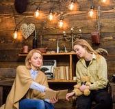 Madre e hija que discuten el libro Mujer que explica algo al adolescente rubio, a la maternidad y al concepto de la educación Foto de archivo