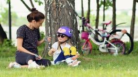 Madre e hija que disfrutan de acampar en parque metrajes