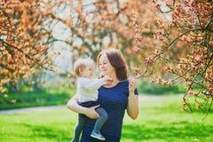 Madre e hija que disfrutan de la estaci?n de la flor de cerezo fotografía de archivo libre de regalías