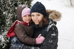 Madre e hija que disfrutan del tiempo nevoso foto de archivo libre de regalías