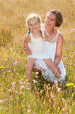 Madre e hija que disfrutan del verano Imágenes de archivo libres de regalías